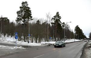 Det kan bli två, eller kanske tre, flerbostadshus på området nedanför Hagaskolan i stället för villor. Bilden är tagen vid korsningen Hagavägen–Tegnérgatan.