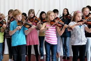 Shirley´s reel, Lägerpolka, Kalles gånglåt och Harpan min var några av de musikstycken de unga spelmännen spelade upp.