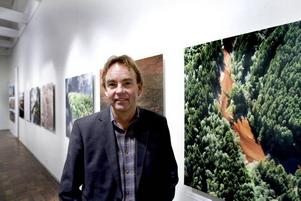 Fascinerad av foto. Lars Bygdemark lärde sig grunderna på Lantmäteriet i Gävle. Foto: Håkan Selén