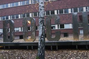 Dans- och cirkushögskolans skylt med de stora blänkande bokstäverna DOCH fick Stockholms skyltpris 2011. Priset delas ut av Ljusreklamförbundet och Stockholms Stadsmuseum.