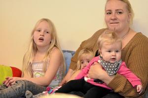 Mamma Mia Männikkö deltar på sångstunden tillsammans med döttrarna Emilia, sex år, Isabell, två och ett halvt år, och Celine, sex månader.