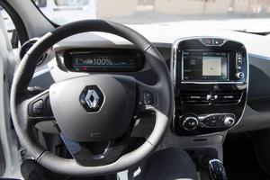 Bildtext 11: Den som har kört nya Renault Clio känner igen sig på förarplatsen. Den blanka ovansidan på instrumentpanelen speglas på ett störande sätt i vindrutan.   Foto: Pontus Lundahl/TT