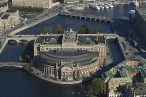 De statliga myndigheterna vill helst vara i närheten av riksdagen på Helgeandsholmen och regeringen i Rosenbad. Det är dyrt och bidrar till den allt snabbare urbaniseringen. Varför inte vända på flyttlassen?