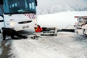 Det tog nästan tre timmar att få upp bussen ur diket.Foto: Sandra Högman