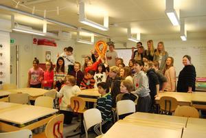 Blomsterbäcksskolan klass fem kan nu pryda klassrummet med en specialdesignad lampa.