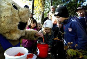 Bamse bjöd barnen på morotsstavar doppade i dunderhonung. Felix Beijron och Måns Östman var nyfikna på att smaka.