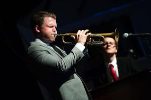Karl Olandersson är en av två dalamusiker i bandet.