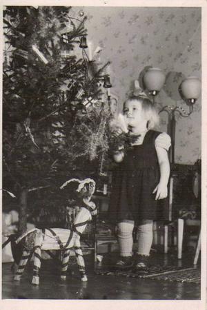 Julfirande hos farmor och farfar i Trönö på 1950-talet.
