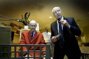 FULLT HUS. Bertil Linderoth, piano, och kompanjonen Lennart Englin, kromatiskt munspel, drar fulla hus när de bjuder på musikkafé på Kafé Andersberg på onsdagarna. I bakgrunden syns Mohammad Hamedian som jobbar på kaféet