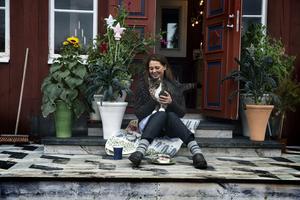 Kompisen och konstnären Karin Lagrelius har målat det geometriska mönstret på trappen, filten är formgiven av Kerstin Landström, blommor från Millamollis i Tällberg. Katten heter Swish.