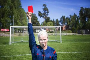 Amelia Mauritzon, som kommer från Gävle, har varit fotbollsdomare under flera säsonger.