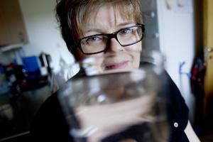 Köper dricksvatten. Elisa Norell undviker att dricka vattnet som kommer från kranen. Hon håller sig till flaskvatten för att vara på säkra sidan.