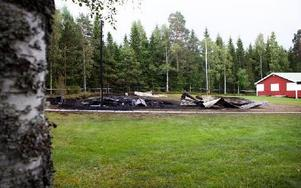 De två byggnaderna vid festplatsen är i dag enbart aska. Foto: Sofie Lind