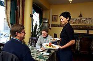 Foto: GUN WIGH Ny i stan 2. Eurim Öz arbetar som servitris i den nya turkiska restaurangen Tad som öppnade för några månader sedan. Eurim kommer från Uppsala och är glatt överraskad över Gävle som krog- och nöjesstad och att gästerna gillar deras turkiska mat.