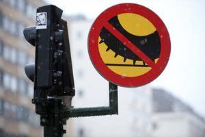 Efter den 15 april är det förbjudet att köra med dubbdäck, om det inte är eller befaras bli vinterväglag.