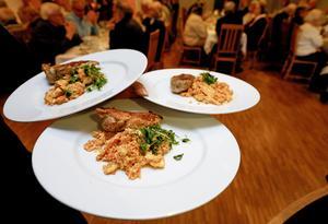 Ugnsgrillad kyckling med munkröra serveras till lunchen med karmelitmunken Anders Arborelius.