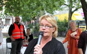 Ett servicekontor i varje kommun, är ett av vänsterns krav. Lena Olsson, riksdagsledamot, vid mikrofonen. FOTO: CURT KVICKER