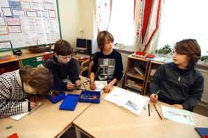 Samuel Skoglund, Theo Pettersson, Wouter van Wessel och Johnny Larsson tecknar fiske, bad, pulkaåkning och annat som de gillar att göra i Järnboås.