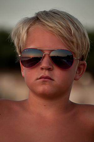 Mannen lyckades fånga den vackra solnedgången på Kreta i sonens nyinköpta solglasögon.