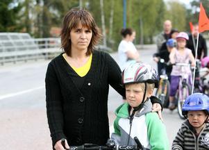 – Skolvägen är inte alls bra. Bilarna kör så fort och då blir jag lite rädd, säger David Gustafsson, här tillsammans med sin mamma Karin och lillebror.