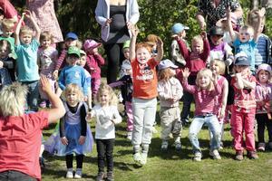 Att Olsbackagårdens förskolebarn har tränat på sångerna och rörelserna rådde det inget tvivel om i går. I orange t-shirt hänger 6-årige Fabian med när mamma Git Sundberg visar rörelserna.