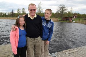 Clas Ericson räddades från att drunkna i sjön Lilla Kedjen tack vare sina barnbarn Hanna och Filip Lindbäck.