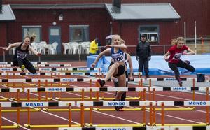 Här är det Carnelia Westling, Bollnäs FIS som vinner 80 meter häck på tiden 11,29.
