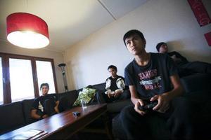 I personallägenheten samlas pojkarna för att äta, umgås, titta på tv och spela tv-spel.