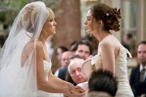 """Tjejfilm? Kate Hudson och Anne Hathaway spelar väninnorna som blir dödsfiender i halvroliga """"Bröllopsduellen"""". Fox"""