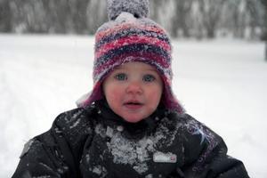 Juno Evensson njuter av snön på Strandvägen i Järvsö.