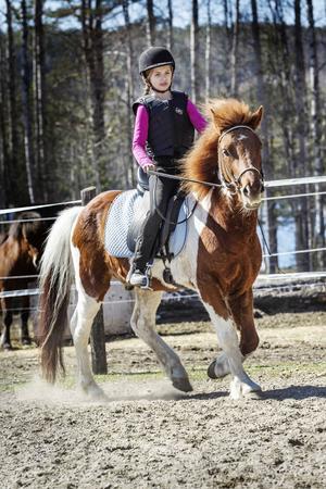 Elsa Gradin på sin egen häst Scottie