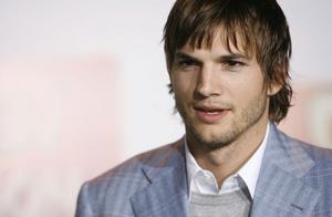 """Ashton Kutcher gör ytterligare en säsong av """"Två och en halv män"""". Succé-serien rullar alltså vidare."""