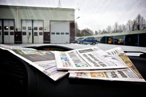 Tidningar har placerats på instrumentbrädan, för att testa kamerorna.