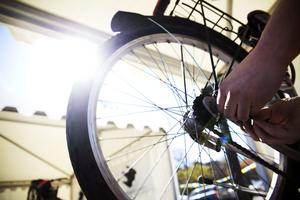 Momsen för att exempelvis reparera sin cykel sänks med mer än hälften från och med årsskiftet.