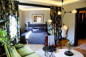 Julias art déco-dröm. Perfekt färgharmoni råder i vardagsrummet och sovrummet. En dramatisk förändring med hjälp av färg, tyg, möbler och Julias expertis.