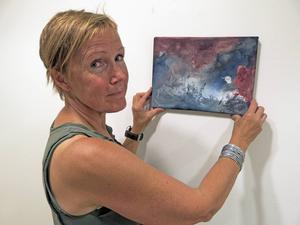 Helena Linder ställer ut målningar i blandteknik i Gävlegalleriet Elixir.