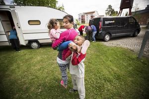 Husvagnen som lånats ut av Kjell Molund och hans husvagnsfirma står äntligen på plats i Ängsmon. Petronela med dottern Stefani och sin lillebror Louis.