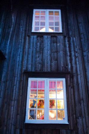 Visst känns julmyset och värmen genom fönstret till bygdegården. Foto: Ulrika Andersson