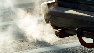 Bil släpper ut avgaser. Foto: Erik Svensson/TT