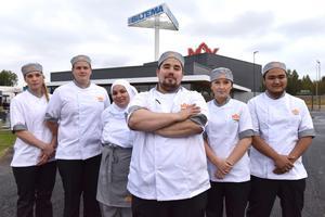 Sex av de 40 anställda.  Jenny Stenberg, Simon Hagman, Sumaja Ibrahim, Mattias Luis Larsson, restaurangchef, Emilia Erkapers och Akbar Ibrahim.