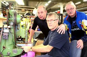 Lars Arvidsson, med 39 års anställning, Lennart Thorildsson, med 46 år och Lars-Gunnar Olsson, med 40 år gjorde i går den sista hjälmen som tillverkas vid Jofa i Malung.