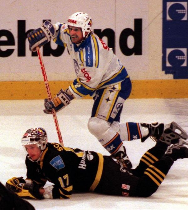 Tomas Jonssons tog SM-guld med Modo 1979 och gjorde därefter åtta säsonger i  NHL innan han avrundade kariären med nio säsonger i Leksands IF.