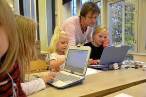 Datasupport. BG, det vill säga Birgitta Kinnander, kommer till undsättning om det behövs. Här är det Melina Bergelin och Alva Larsson som får hjälp.
