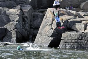 Lovisa Jönsson hoppade i vattnet från klipporna.