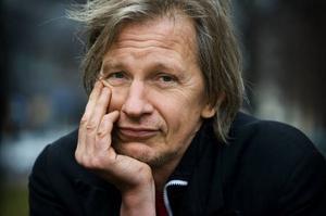 """Stefan Sundström, som snart fyller 50 och nyligen blev morfar, har långsamt kommit att acceptera årens gång. """"Det är en kluven grej. Men när den är som bäst är den ganska behaglig"""", säger han. Foto: Claudio Bresciani/SCANPIX"""