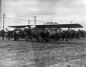 Charles Lindbergh gör en testflygning med Spirit of S:t Louis i april 1927, tre veckor före sin bragd.