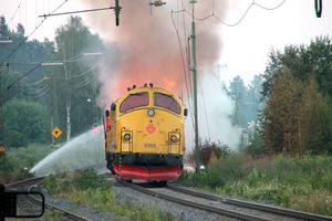 Lokföraren upptäckte inte själv att det brann utan larmet kom från en ambulanshelikopter.