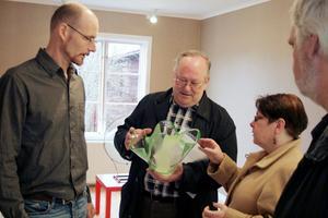Jonas Johansson berättar om en skål i grönt glas som är mycket tunnare och lättare än vad Tord Turesson och Annalena Kilsberger först trodde.