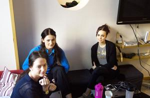 Julia Forsberg, närmast i bild, driver Jumpy Kidz UF med två tjejer på naturprogrammet.