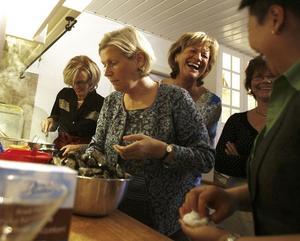 """LEK OCH ALLVAR. Allt ryms när vännerna träffas. Från vänster på bilden, Bernice Skytt, i djup koncentration, medan kvällens värdinna Helene Wirén och Anna Sånefjäll har roligt med Arbetarbladets gästkock Chanpeng S Ericsson, damernas """"special guest"""". Fattas på bilden gör Kerstin Larsson Mandal och Margareta Åkerson."""